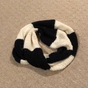 HOLLISTER BLACK AND WHITE KNIT INFINITY SCARF